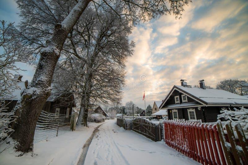 casa di legno nell'inverno con neve fotografie stock