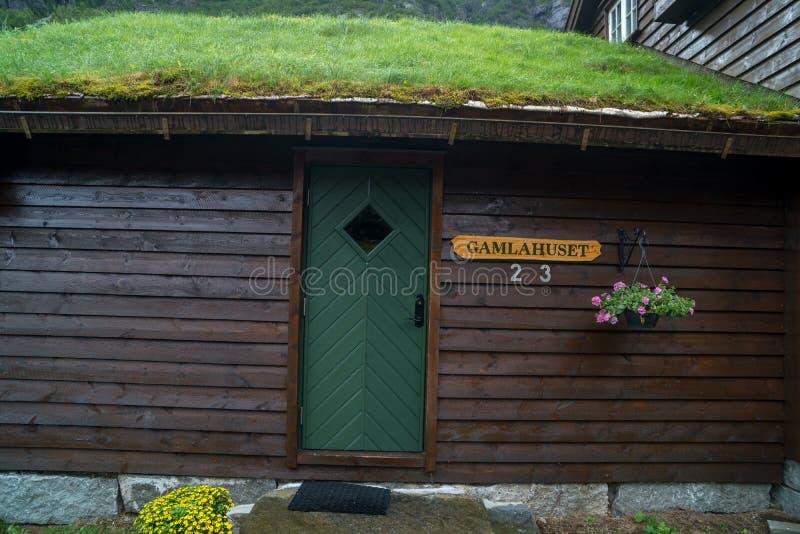 Casa di legno norvegese tradizionale Casa norvegese tipica Casa norvegese tipica con erba sul tetto fotografia stock