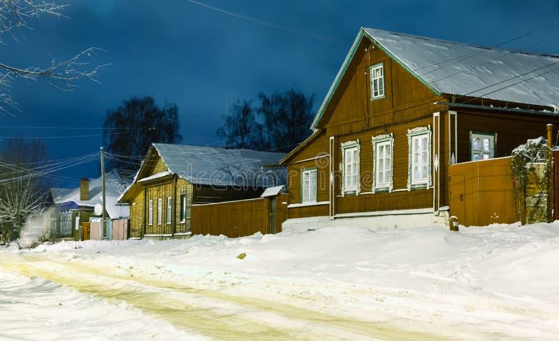Casa di legno rurale tradizionale nell'inverno fotografie stock