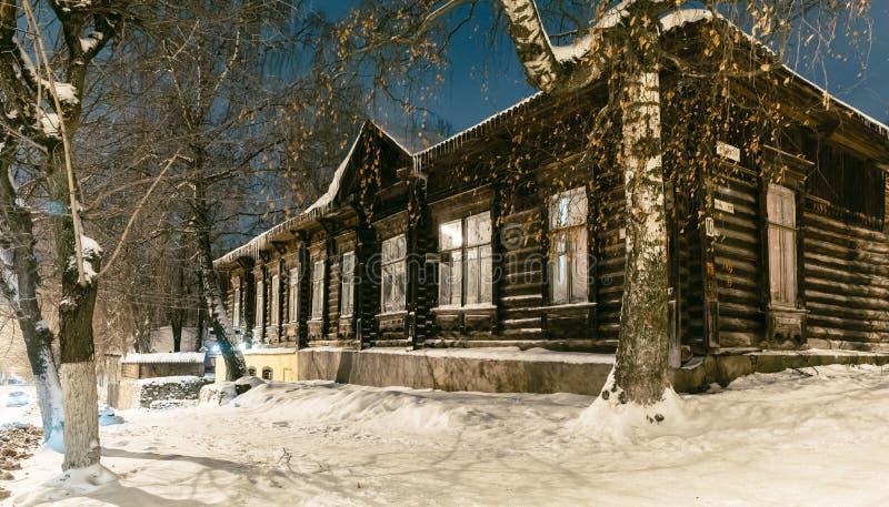 Casa di legno rurale tradizionale nell'inverno immagini stock