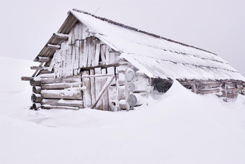 Casa di legno sotto neve fotografia stock