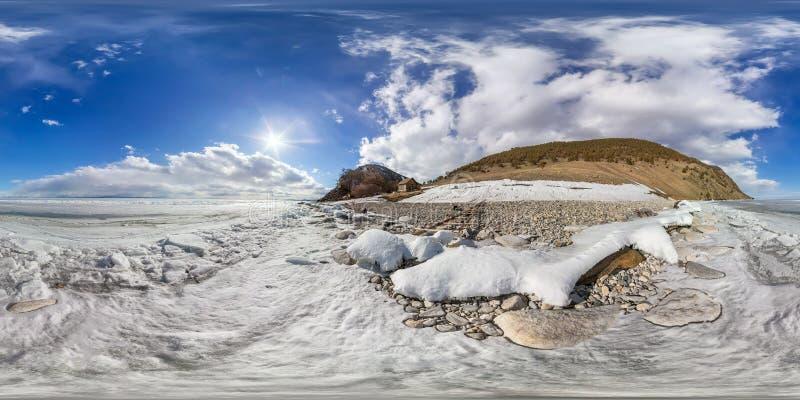 Casa di legno sulla riva del mare Baikal, Olkhon di inverno Idiba Panorama sferico di grado di 360 vr immagine stock