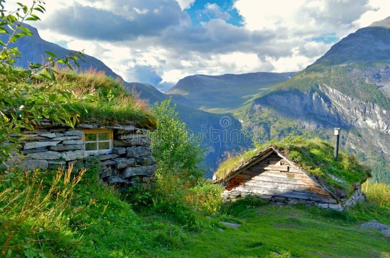 Casa di legno tradizionale della Norvegia con i tetti erbosi a trekking di Skageflå fotografie stock libere da diritti