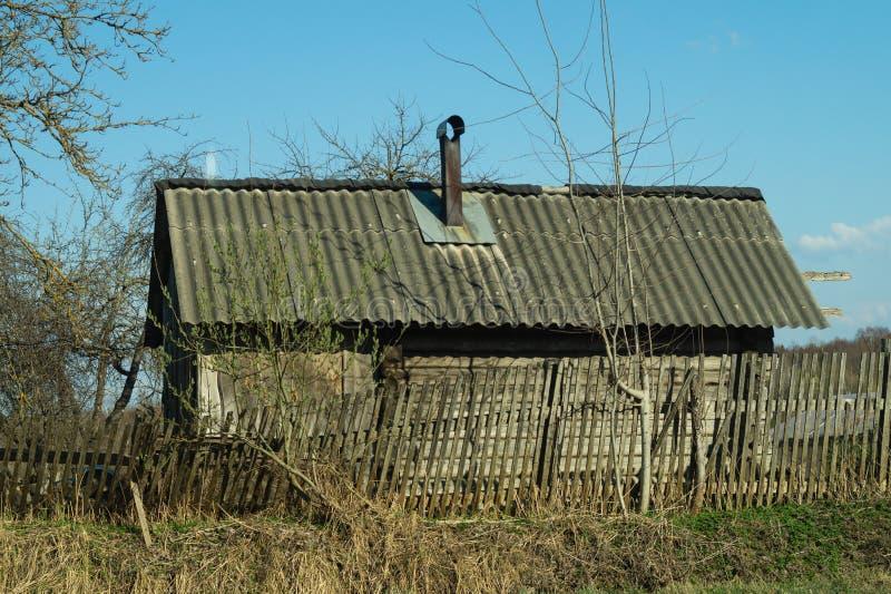 Casa di legno tradizionale nella scena dell'ambiente naturale fotografia stock
