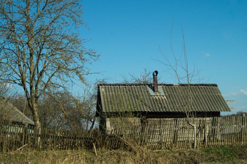 Casa di legno tradizionale nella scena dell'ambiente naturale fotografia stock libera da diritti
