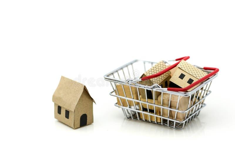 Casa di legno in un cestino della spesa, in un investimento della proprietà ed in una casa fotografia stock libera da diritti