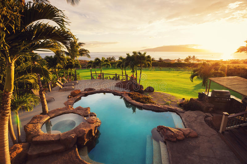 Casa di lusso con la piscina immagini stock libere da diritti