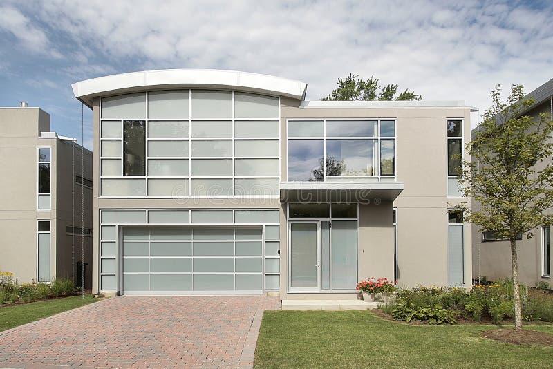 casa grigia moderna con le colonne rosse fotografia stock