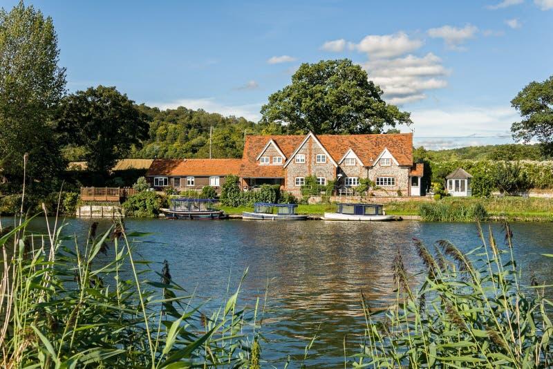 Casa di lusso sul Tamigi, Inghilterra fotografia stock libera da diritti