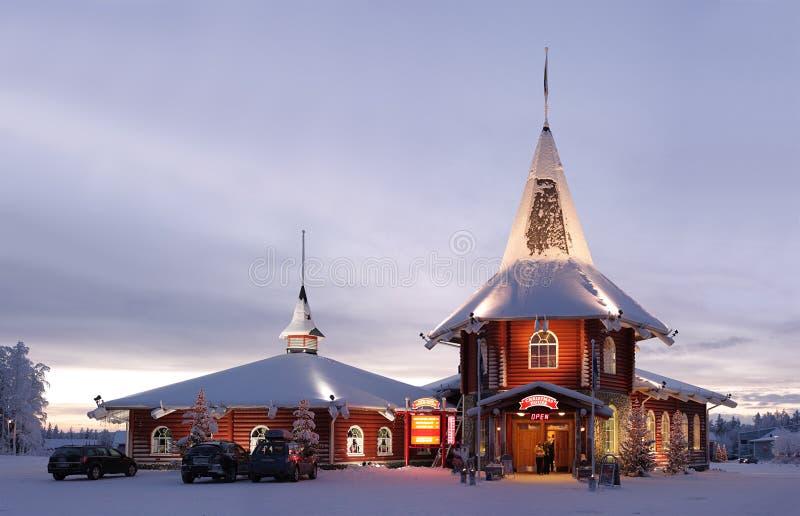 Casa di natale nel villaggio del Babbo Natale immagini stock libere da diritti
