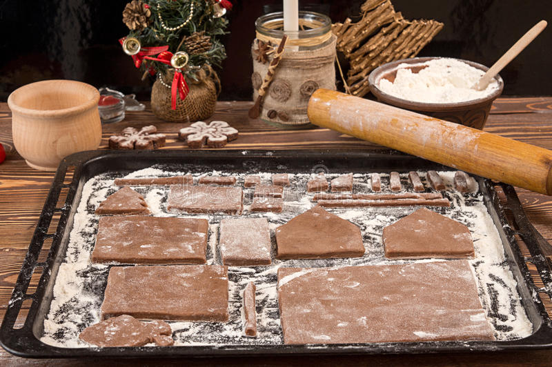 Casa di pan di zenzero della preparazione per la celebrazione del nuovo anno di Natale fotografia stock libera da diritti