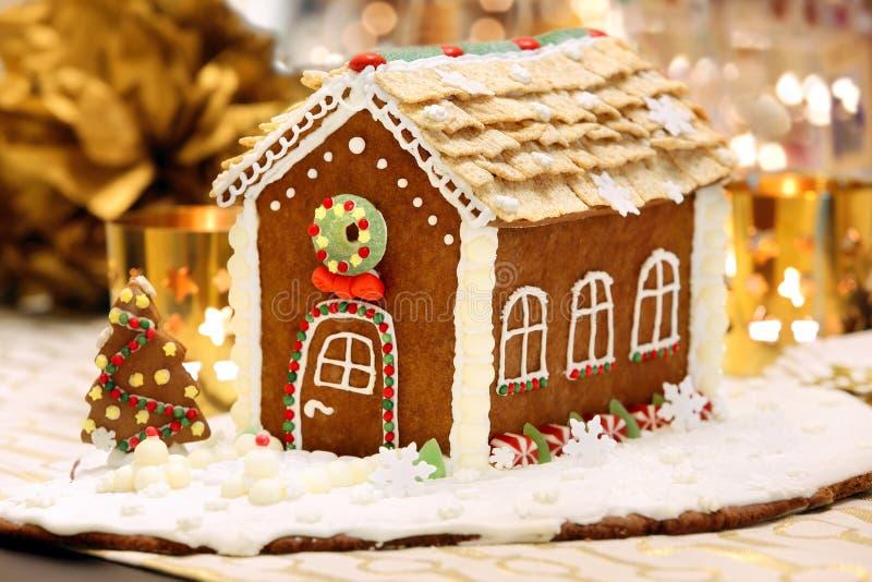 Casa di pan di zenzero di Natale sulla tavola decorata fotografia stock libera da diritti