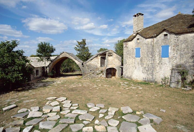 Casa di pietra nel villaggio di Cavalerie, Aveyron, Francia fotografia stock libera da diritti