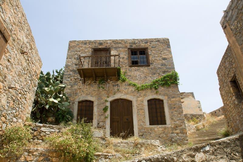 Casa di pietra sbilenca del vecchio autobus a due piani for Piani di casa cottage gotico