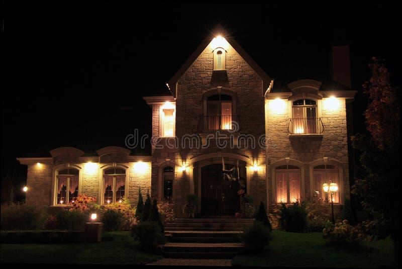 Casa di prestigio alla notte fotografia stock