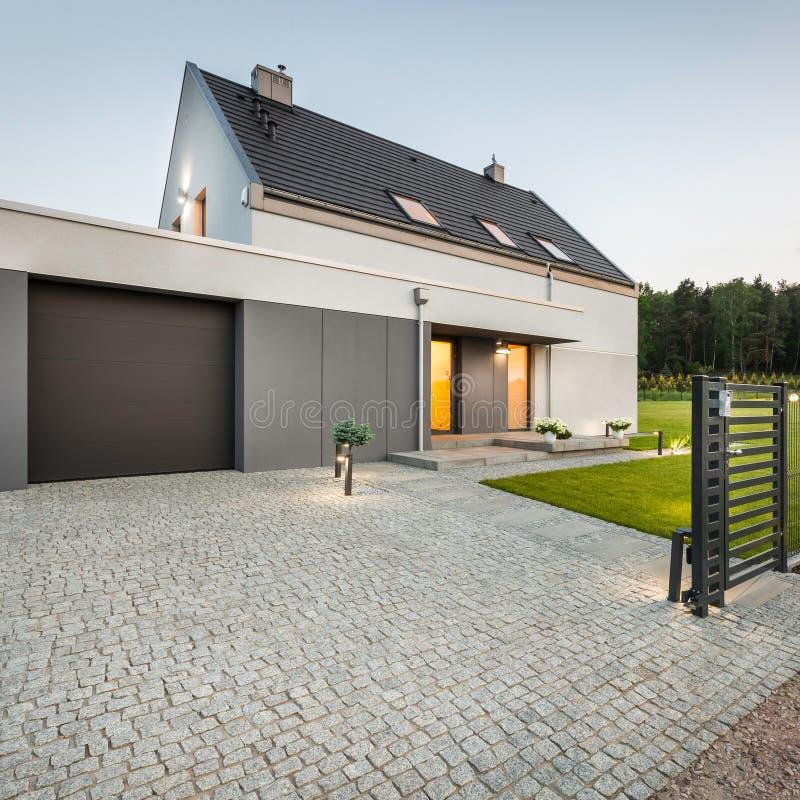 Casa di progettazione con la strada privata di pietra fotografia stock