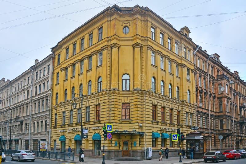 Casa di Residental sulla via in San Pietroburgo, Russia di Pestel fotografie stock libere da diritti