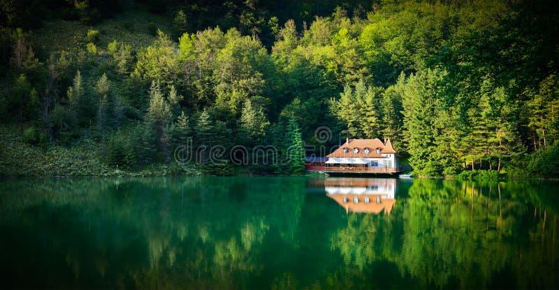 Casa di sogno del lago nelle montagne immagine stock libera da diritti