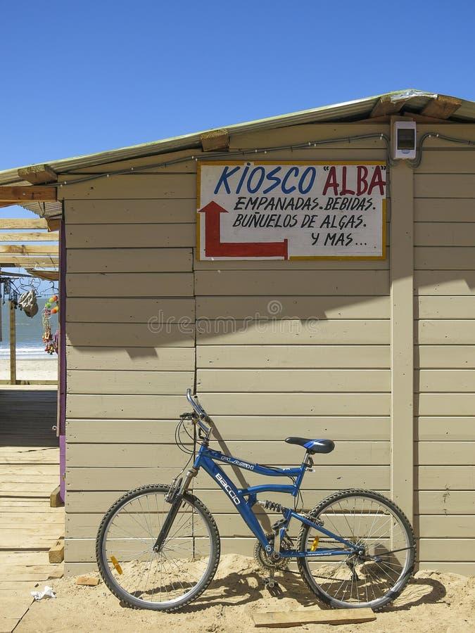 Casa di spiaggia e bici, Punta del Diablo, Uruguay fotografie stock