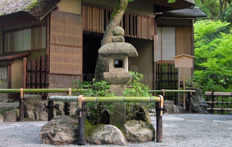 Casa giapponese ed il suo giardino immagine stock for Casa giapponese