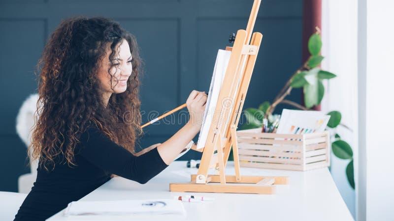 Casa di talento della pittura di signora di ricreazione di svago fotografia stock