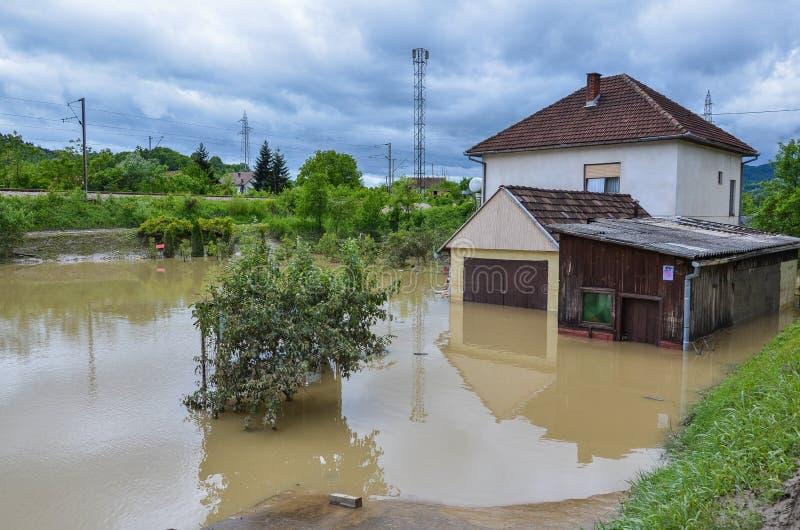Casa di una famiglia durante le inondazioni fotografia stock libera da diritti