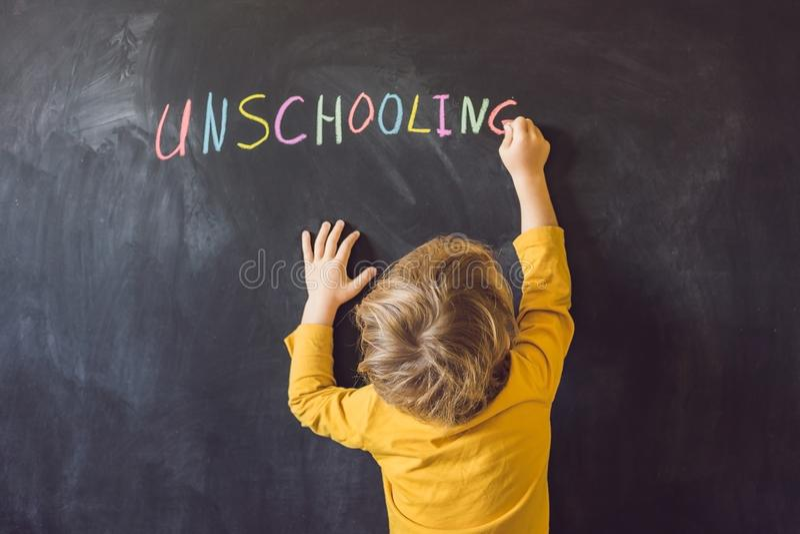 Casa di Unschooling di concetto che impara di nuovo al gesso di colore della scuola sopra fotografie stock libere da diritti