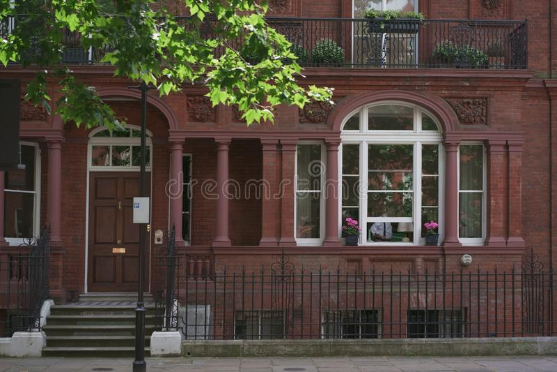 Casa dianteira com as janelas em Londres foto de stock royalty free