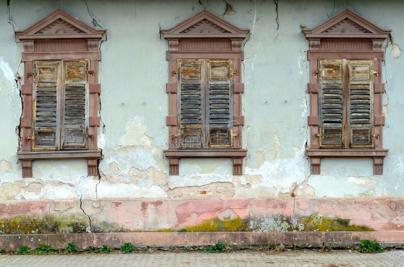 Casa dilapidada com janelas e os obturadores quebrados imagem de stock royalty free