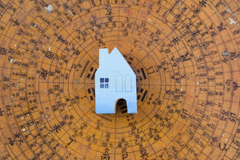 Casa diminuta de madeira azul no compasso antigo borrado do shui do feng fotografia de stock royalty free