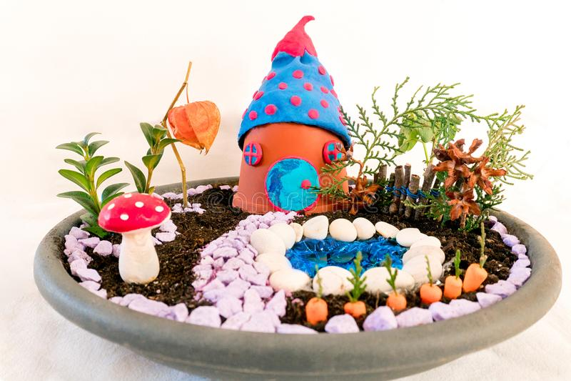 Casa diminuta do terrarium com jardim e associação fotografia de stock