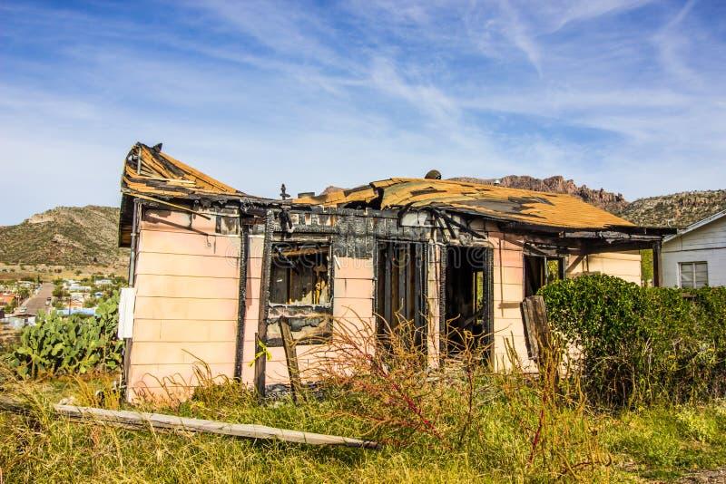 Casa distrutta da incendio con il tetto franato immagine stock