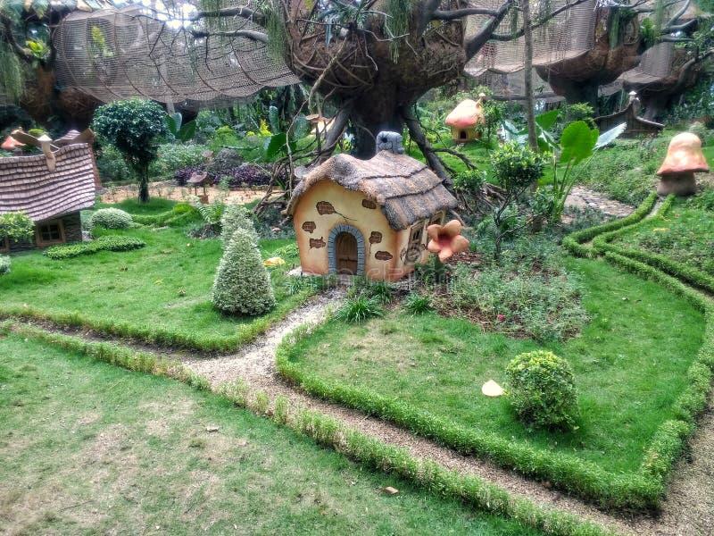 Casa do anão com estrada e tres pequenos fotografia de stock