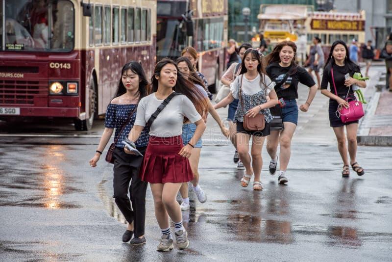Casa do branco da C C , EUA - JUNHO, 21 2016 - runnign asiático das meninas fora da estação da união fotos de stock royalty free