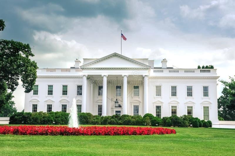 Casa do branco da C C /Columbia/USA - 07 11 2013: Opinião de ângulo larga na casa branca, lado da entrada, imagem de stock