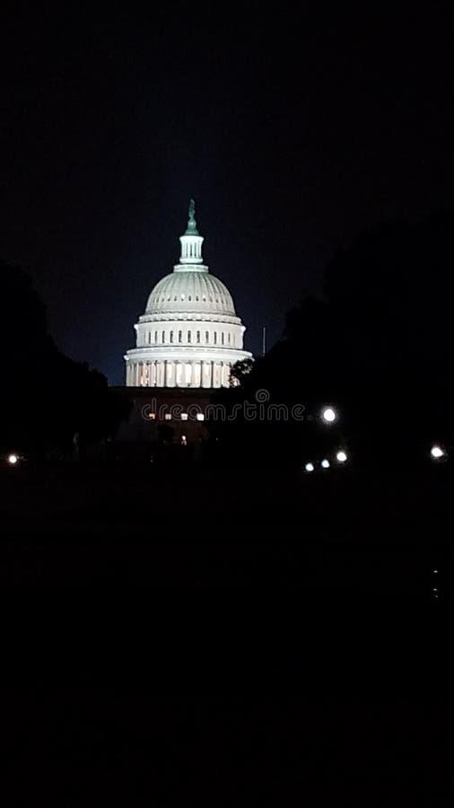Casa do branco da C construção do capital de c na noite imagens de stock