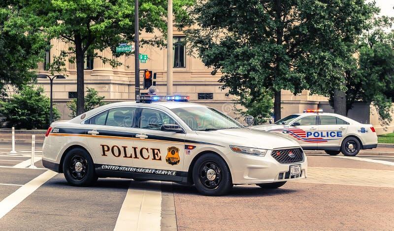Casa do branco da C C / EUA - 07 12 2013: Carros de polícia na patrulha na rua imagem de stock