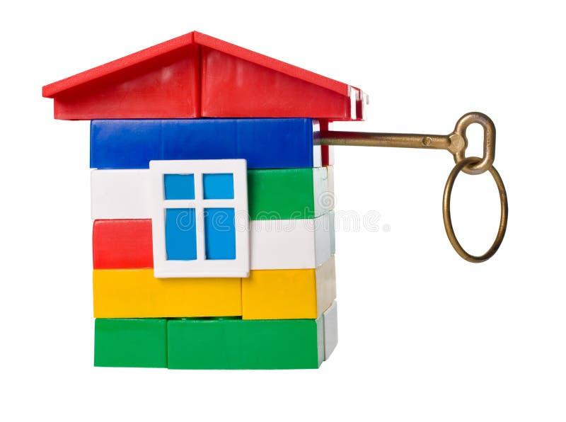 Casa do brinquedo com chave dourada imagem de stock