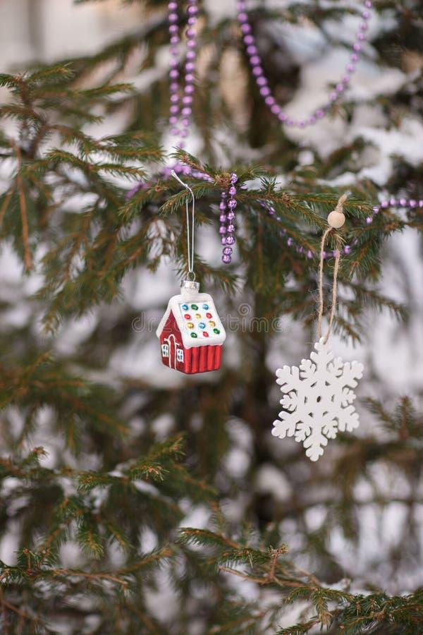Casa do brinquedo do Natal na árvore foto de stock