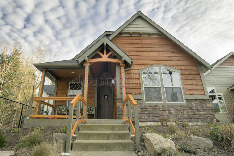 Casa do bungalow com o patamar coberto dianteiro foto de stock royalty free