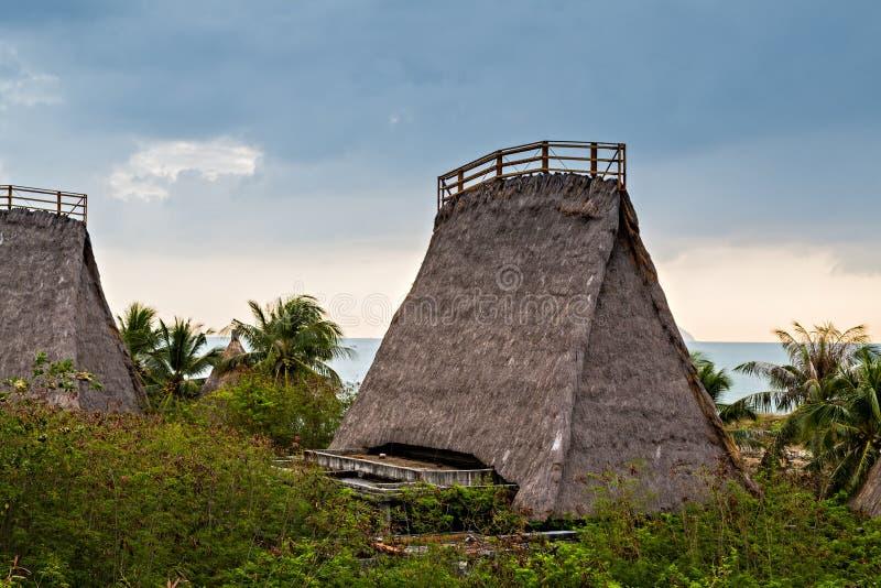 Casa do bungalow que cobre com sapê a cabana de Straw Roof fotos de stock