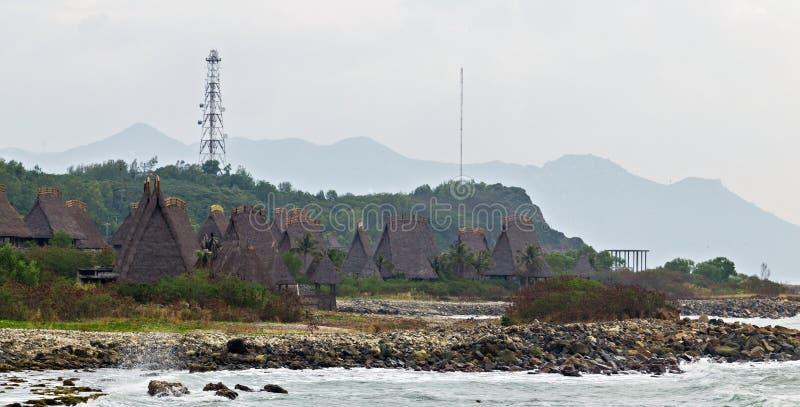 Casa do bungalow que cobre com sapê a cabana de Straw Roof, praia tropical fotografia de stock royalty free