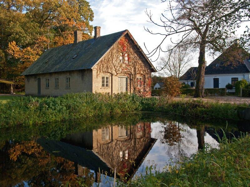 Casa do campo no lago fotos de stock royalty free