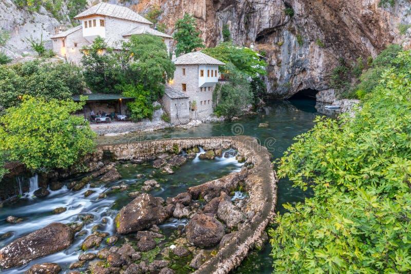 Casa do dervixe na cidade velha Blagaj, Bósnia e Herzegovina imagens de stock