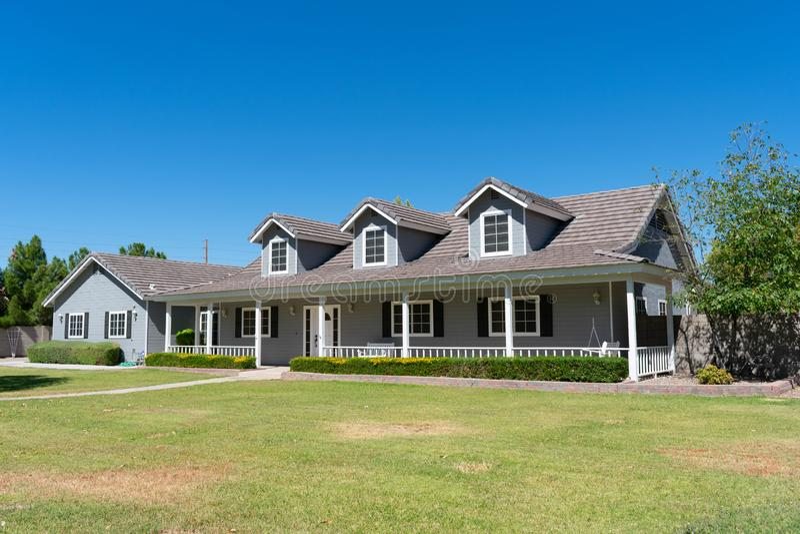 Casa do estilo do rancho com patamar e trapeiras foto de stock royalty free