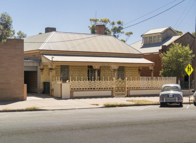 Casa do estilo tradicional em monte quebrado, Austrália foto de stock royalty free