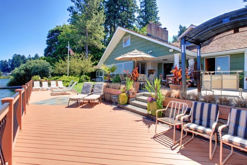 Casa do fron do lago com grande plataforma. imagem de stock