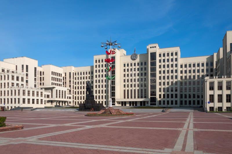 A casa do governo do monumento de Republic of Belarus e de Lenin, Minsk, Bielorrússia imagens de stock