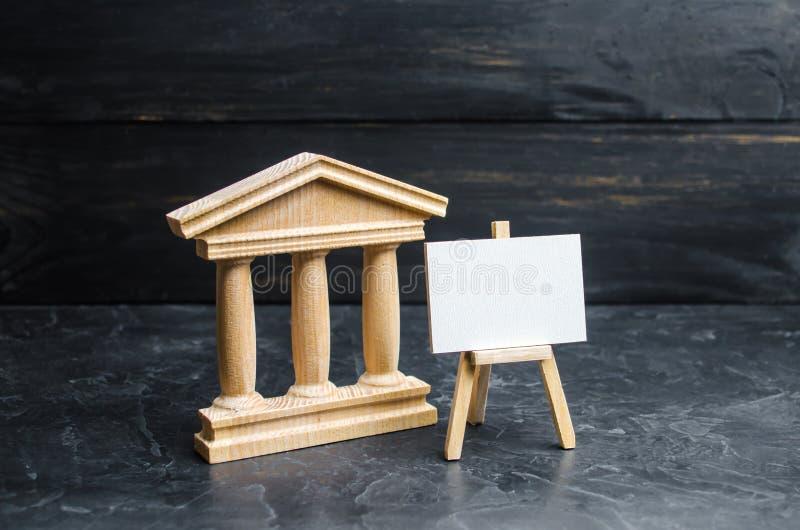 Casa do governo ou do banco e o suporte com uma lona vazia, o conceito de preservar monumentos da história e da cultura imagem de stock