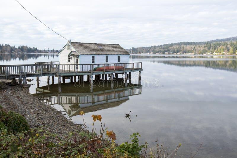 Casa do lago no cais foto de stock